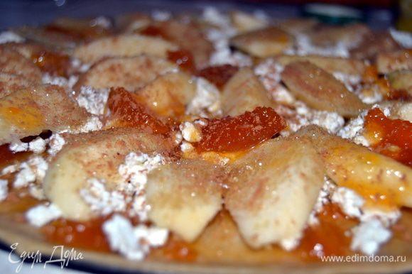 Намазать тесто абрикосовым джемом. Покрошить произвольно творог. Разложить дольки очищенных яблок и кружочков дыни. Сверху яблоки присыпать сахаром и корицей.