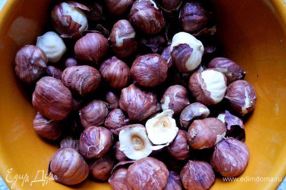 Орехи (фундук) обжарить в течение 1,5-2 минут в микроволновке, остудить и порубить.