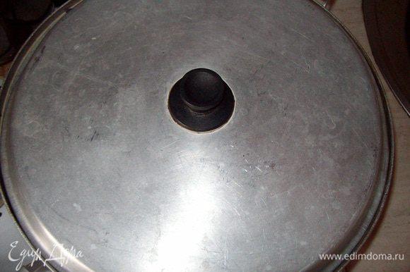 ОБЯЗАТЕЛЬНО накрыть кастрюлю крышкой, чтобы ароматы специй не выветривались.