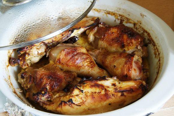Выпекать при 200 С, обмотать форму фольгой, выпекать 1 час, потом без фольги еще 30 минут. У меня курица домашняя готовится долго, надо ориентироваться по своей курице.