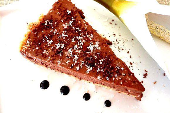 Украсьте тёртым шоколадом или орешками . Хранить в холодильники до 4 дней .