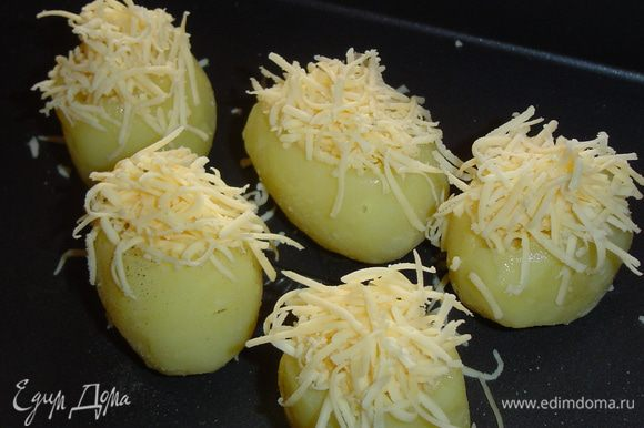 Сыр натираем на мелкой терке и посыпаем сверху картофель, затем отправляем его в духовку и запекаем минут 25-30 при 180 гр.