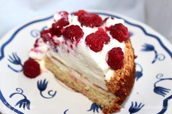 Перед подачей украсить торт оставшимися ягодами. Приятного чаепития!