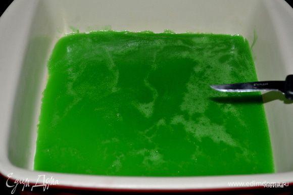 Вылить в приготовленную форму. Поставить в холодильник примерно на час. Желе должно застыть заметно.