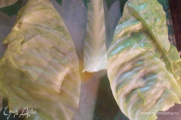 Займемся листиками капусты. Для этого большие литья разрезаем пополам, при этом вырезаем толстое основание.