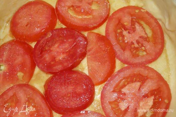 На тесто уложить помидоры(слегка присыпать сахаром)...
