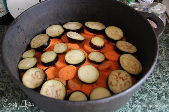 Поверх моркови слой баклажанов. Я их добавила, потому что люблю. Можно и без них, можно и с ними, и с кабачками. Принцип такой - чем дольше готовятся овощи, тем ниже они должны лежать. Помидоры не в счет, их дело - сок пускать : )) Скорее по привычке, нежели по необходимости, присолила баклажаны за полчаса до готовки. В любом случае - слои солить не забываем! Но не забываем также, что наши овощи будут уменьшаться в размерах. В общем, лорды, сэры, пэры - знайте чувство меры (с).