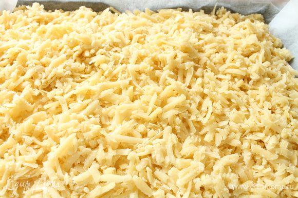 Достать тесто из морозильной камеры,натереть его на крупной терке и распределить поверх начинки.Выпекать пирог при 170 градусах 40-45 минут,до золотистого цвета поверхности пирога и начинка должна схватиться.Выключить духовку и оставить пирог при закрытой дверке еще на 10 минут.Затем достать пирог,накрыть его полотенцем и полностью остудить.По желанию можно посыпать затем сахарной пудрой.Приятного вам аппетита!