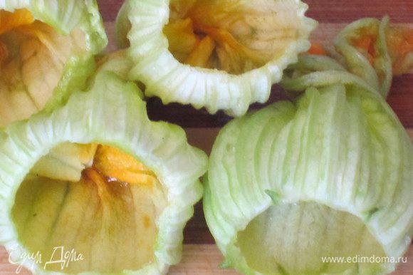 Цветки цукини промыть, удалить пестик, выложить на бумажное полотенце.