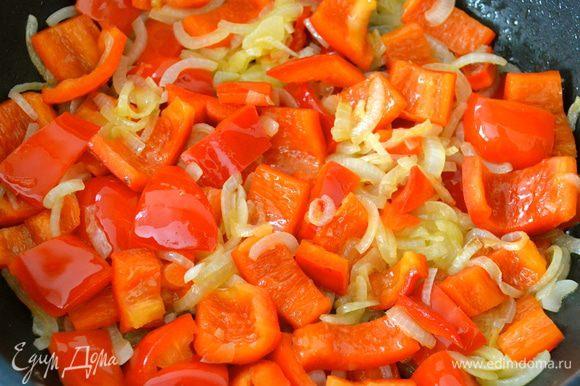 Как только лук посветлеет, добавим нарезанный перец. Продолжать обжаривать, пока овощи не станут мягкими. Если овощи станут слишком сухими, добавить совсем чуть-чуть Кока-колы. Посолить и поперчить по вкусу. Готовые овощи взбить до состояния однородного пюре с помощью погружного блендера, или в миксере. Отставить в сторону.