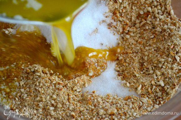 Измельчить печенье в крошку (можно не очень мелкую) и добавить сахар и растопленное масло. Перемешать до состояния мокрой крошки.
