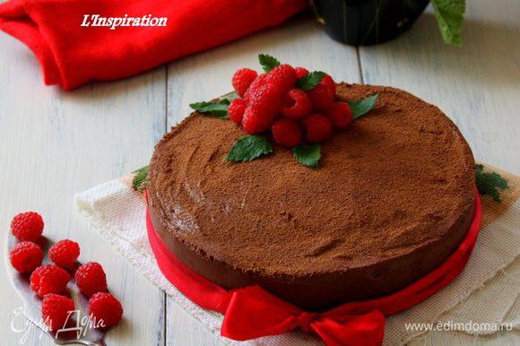 На следующий день убираем бока,предварительно только проведем горячим ножом вдоль бортиков. И посыпем тортик какао,украсим ягодами!