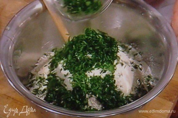 Добавить яйца и зелень и тщательно вымесить тесто. Часть зелени убрать в сторону.