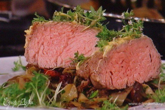 Филе достать из духовки, смазать обильно за ранее приготовленным маринадом, дать отдохнуть 10 мин. и порезать на порции. Подавать с грибным рагу, присыпав оставшимся тимьяном и крессом. Приятного аппетита !!