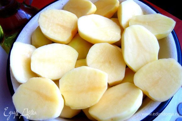 Чуть более крупные картофелины лучше разрезать пополам!