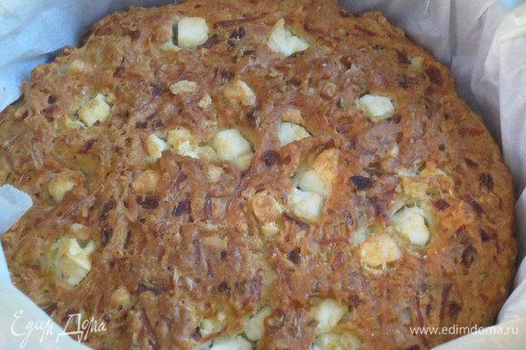 Выложить тесто в форму с пергаментом ,сверху выложить оставшийся сыр ,вдавливая в тесто, и выпекать в разогретой до 180 °С духовке 40-50 минут.
