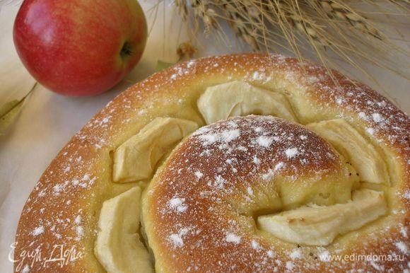 Готовый пирог остудить,посыпать сахаром и подавать с чаем,или молоком!)))