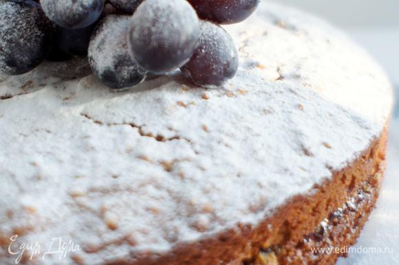 Готовый торт посыпать сахарной пудрой. Украсить ягодами или фруктами и подавать.
