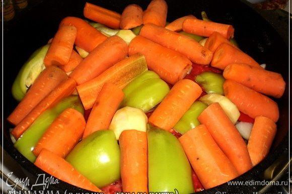 Потом морковка. Режем её крупно. Не мельчим.