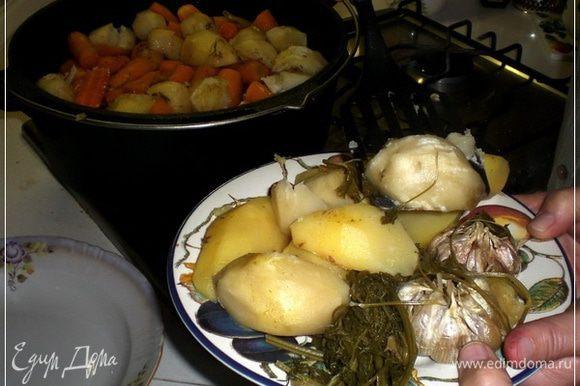 Начинаем раскладывать. Всё по порядку. Сначала выкладываем картошечку, зелень и чеснок.