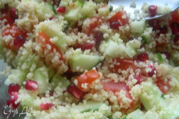 Смешиваем овощи и гранат с кускусом. Заправляем второй половиной трав и лимонным соком и цедрой (или маринадом, как у меня).