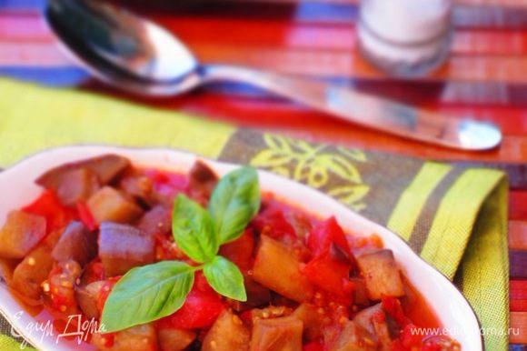 Розмарин вынуть, баклажаны посолить, добавить измельчённый базилик, перемешать. Приятного аппетита:)