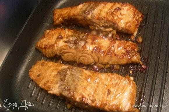 Рыбку готовим на гриле или на сковороде-гриль минут 15 (в зависимости от размера филе). Можно ее запечь в духовке или обжарить.