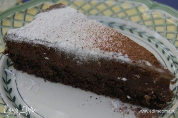 Поставить пирог в холодильник минимум на 4 часа, затем вынуть из формы и освободить края застывшего мусса от бумаги.