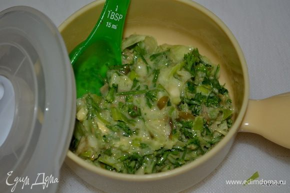 Смешать первых 7 ингредиентов в фудпроцессоре или блендере. Добавить олив.масло и довести до состояния соуса. Затем переложить в контейнер. Посолить и поперчить. Поставить в холодильник. Можно приготовить за день заранее. Соус : 1/3 cтак.листья базилика, 1 зеленый лук, порезать, 2 стол.л итальянской петрушки, 2 стол.л каперсов, без жидкости, 1 стол.л лимон.сок, 2 ч.л Дижон.горчицы, 1 долька чеснока, 3 стол.л олив.масло.