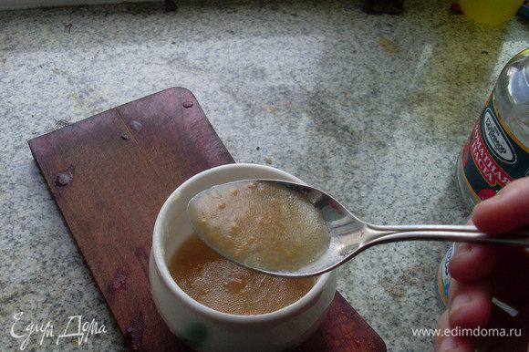 Приготовить заправку: смешать масло, лимонный сок, горчицу, мед и немного соли. Взбивать вилкой до образования густой массы по консистенции напоминающей майонез.