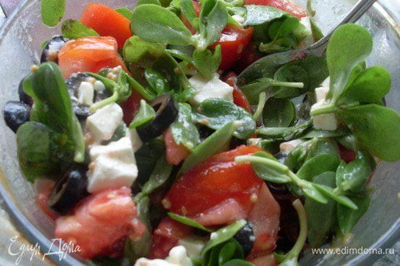 Заправить салат и осторожно перемешать. Подавать немедленно.