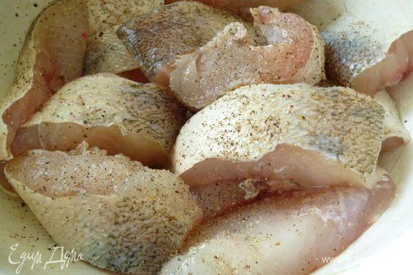 Рыбу почистить,промыть,нарезать порционными кусками,слегка посолить,поперчить,поставить в холодильник