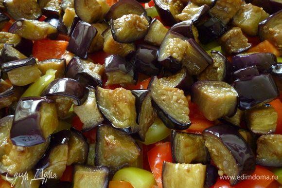 На дно формы для запекания выкладываем болгарский перец, затем баклажаны.
