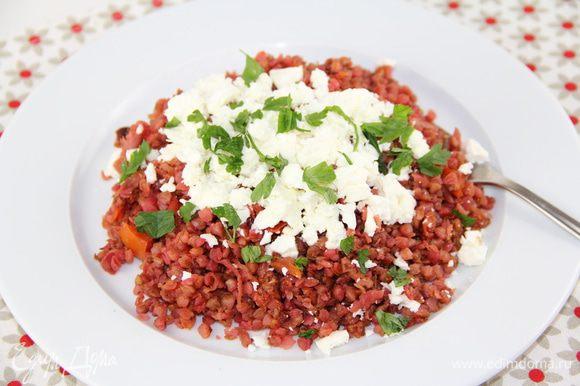 Добавляем зелень по желанию, также хорошо подойдут соевый или вустерский соусы. Подаем, посыпав раскрошенной фетой, брынзой или козьим сыром. Приятного аппетита)