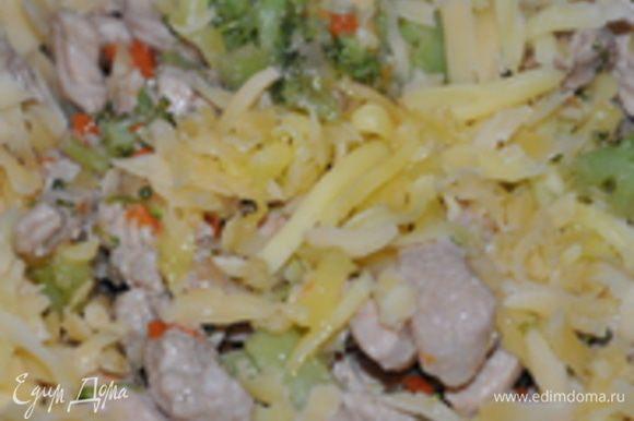 Морковь порезать соломкой. Лук порезать полу-кольцами (или мельче). Свинину порезать соломкой и обжарить с луком и морковкой на растительном масле. Брокколи разобрать на мелкие соцветия, добавить к мясу, добавить специи и в равных частях соевый соус и бульон (или воду). Тушить на медленном огне, пока не уварится почти вся жидкость. Остудить до теплого. Сыр потереть на терке и смешать с мясом.