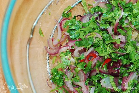 Тем временем,нарезать кубиками мелкими лук, и протушить на сковородке с добавлением оливкового масла. Чеснок, кинзу и перчик чили измельчить. Выложить лук, чеснок, чили и кинзу в миску и перемешать.