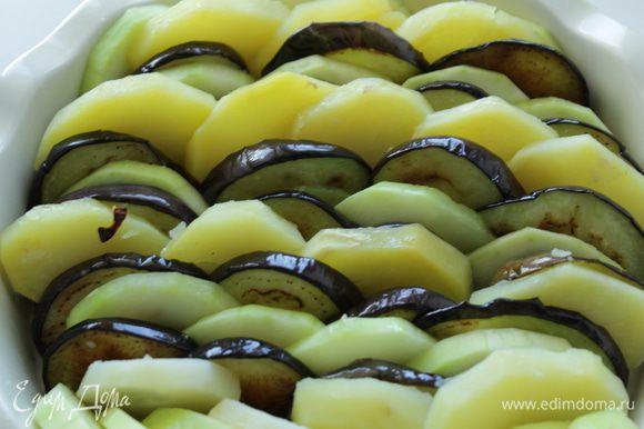 Затем в форму выложить баклажаны, картофель, кабачок поочередно.