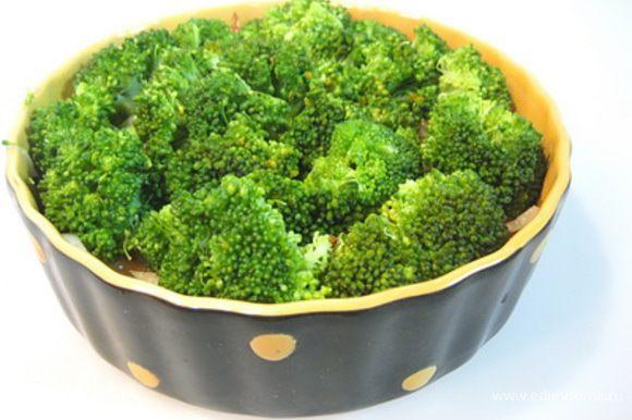 В форму для запекания выложить семгу, сверху пассерованный лук, затем брокколи.