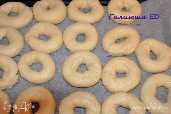 Выкладываем отваренные багели на выстеленный бумагой противень. смазываем молоком и выпекаем при 200 гр. 20-25 минут (ориентируйтесь по своей духовке) до золотисто-коричневого цвета.