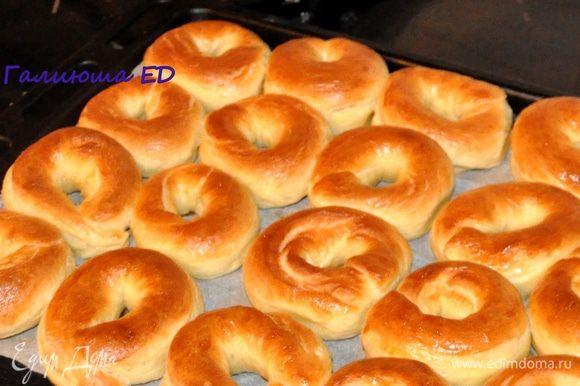 А еще до начала выпечки можно посыпать пончики сверху разными посыпками: маком, молотыми орешками, кунжутом, или смесью мака и орешек. Приятного чаепития! А еще очень -очень вкусно с теплым молоком :)