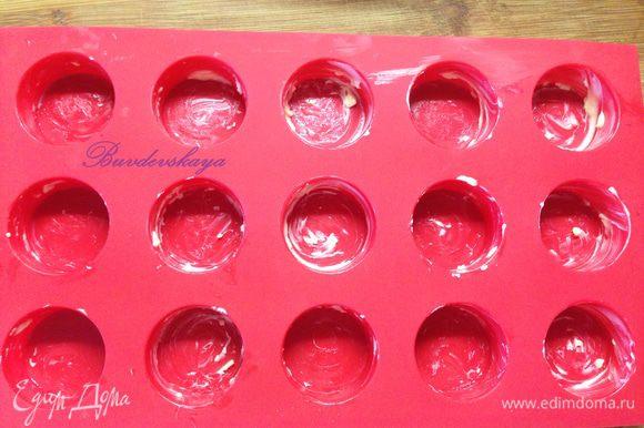 Смазать формы для кексов сливочным маслом, если у вас силиконовые формы, то этот шаг в принципе можно и пропустить.
