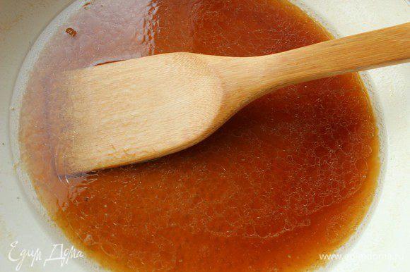 Добавить пиво и соевый соус, добавить имбирь и корицу. Немного уварить соус, затем положить в него помытые и обсушенные крылья.