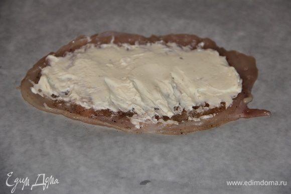 Куриное филе смазываем тонким слоем творожного сыра.