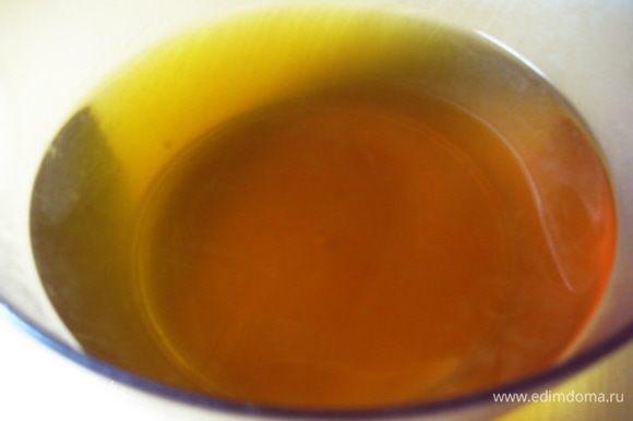 Приготовить овощной бульон. Для этого очистить одну луковицу и одну морковь. Выложить в кастрюлю лук, морковь, сушеный сладкий перец, смесь пяти перцев и лавровый лист. Залить холодной водой (2-2,5 л) и поставить на огонь. Довести до кипения и варить 30-40 минут. Затем процедить бульон через сито и посолить по вкусу. Получается красивый оранжевый бульон.