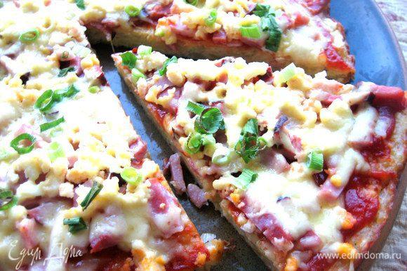 Сразу ставим на стол и отрезаем кусочек горячей пиццы)))