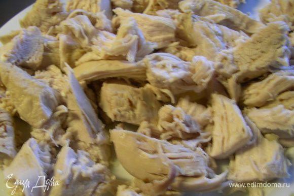 Достаем куриные грудки и режем их на небольшие кусочки.