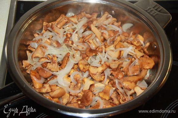 Соединить грибы и лук, обжаривать минут десять.