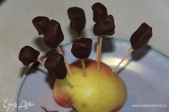 Дать шоколаду застыть в холодильнике. Для того,чтобы глазурь выглядела ровно, палочки с глазированными цукатами воткнуть в яблоко (или в картофелину, или что-то подобное). Наслаждайтесь! Уверена, что никто не догадается, какими необычными конфетами вы угощаете!