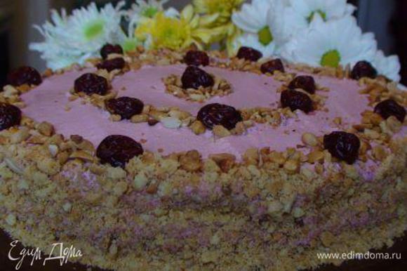 Смазываем бока торта кремом. Бока можно украсить крошкой из обрезков коржей (измельчаем, как и орехи). Сам торт украшаем по своему вкусу и фантазии. Мне захотелось, чтобы у простого торта и украшение было простым. Даем тортику пропитаться ночь в холодильнике. Приятного аппетита!