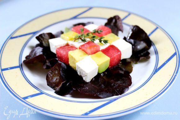 Для заправки необходимо взбить все ингредиенты в блендере. Все составляющие салата должны быть хорошо охлаждены. Средними кубиками нарезать брынзу и авокадо. Очистить мякоть арбуза от косточек и также нарезать на кубики. Листья салата крупно порвать.